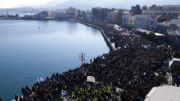 """Protesta en Mitilene, la capital de Lesbos, contra la llegada """"masiva"""" de migrantes y las condiciones infrahumanas de los campamentos de refugiados"""