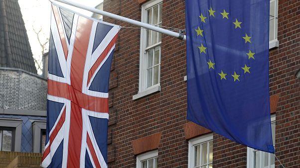 İngiltere ve Avrupa Birliği bayrakları