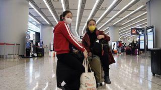 Hong Kong'daki tren istasyonunda yeni koronavirüse karşı maske takan insanlar