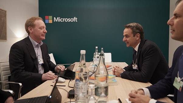 Νταβός: Συνάντηση Μητσοτάκη με τον πρόεδρο της Microsoft