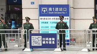 Des unités de police paramilitaire bloquant l'accès de la gare de Wuhan, le 23 janvier