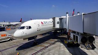"""طرد راكبين من على متن طائرة أمريكية والسبب .. إسم شبكة """"واي فاي""""!"""