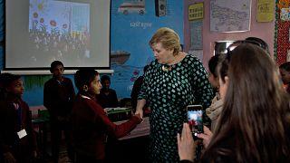 Norweç Başbakanı Erna Solberg bir ilkokulda öğrencilerle buluştu