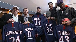 Alcuni giocatori dei Milwaukee Bucks a Parigi con la maglia del PSG e i loro nomi.