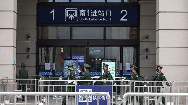 Des soldats montent la garde devant la gare Hankou in Wuhan en Chine en raison du coronavirus 2019-nCoV