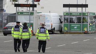 ضباط الهجرة ميناء دبلن بإيرلندا يقومون بدورية تفتيش