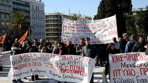 Εκπαιδευτικοί συμμετέχουν σε συγκέντρωση διαμαρτυρίας στο Σύνταγμα για τη μη εξίσωση των πτυχίων