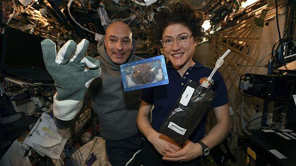 Weltraumbäcker Luca Parmitano und Christina Koch mit eingeschweißtem Keks