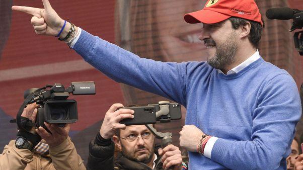 اليميني ماتيو سالفيني خلال تجمع حاشد قبيل الانتخابات المحلية المقبلة
