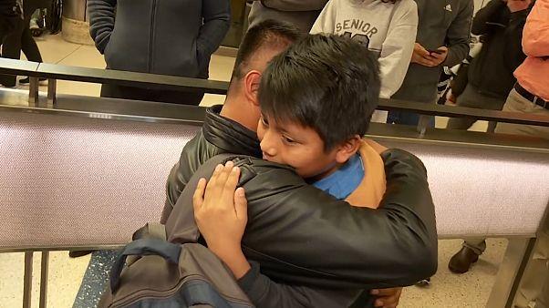 سیاستهای مهاجرتی ترامپ؛ دیدار پدر و پسر در فرودگاه پس از دو سال دوری