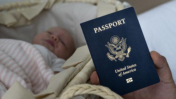 Yeni doğmuş bir bebek ve ABD pasaportu