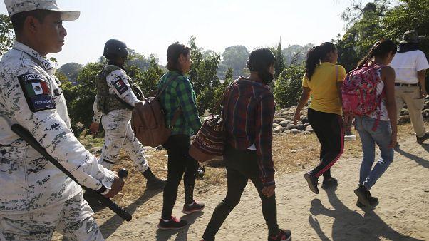 Мигранты из Гондураса идут пешком в США