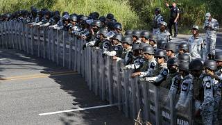 """Messico, la """"carovana dei migranti"""" sfonda il confine con il Guatemala: bloccata nel Chiapas"""