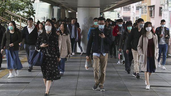 Koronavirüs Vuhan'da ortaya çıksa da Çin'in geri kalan bölgelerinde halk koruyucu maske kullanıyor. Hong Kong / 24 Ocak