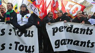 تظاهرات گسترده مخالفان همزمان با جلسه دولت فرانسه برای بررسی لایحه اصلاح بازنشستگی