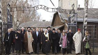 Müslüman Dünya Birliği Genel Sekreteri Muhammed Issa liderliğindeki Müslüman dini liderler, Polonya'daki Auschwitz ölüm kampını ziyaret edip namaz kıldı
