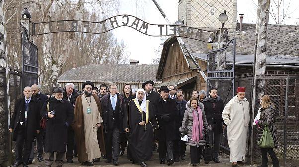 أكبر وفد لممثلي الديانة الإسلامية يزور معتقل أوزفيتشر في بولندا