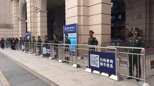 الصين تمنع خروج السكان من ووهان وصور مرعبة لمصابين بفيروس كورونا يتساقطون