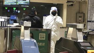 Pekin'de metro istasyonunda görevli güvenlik personeli