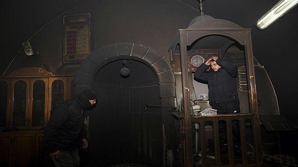 فلسطينيون يزورون المسجد الذي تعرض للحرق جنوب القدس. 2020/01/24