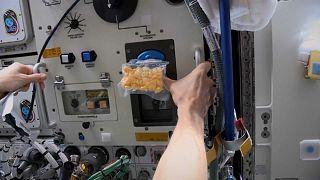 شاهد: للمرة الأولى.. خبز الكعك على متن محطة الفضاء الدولية