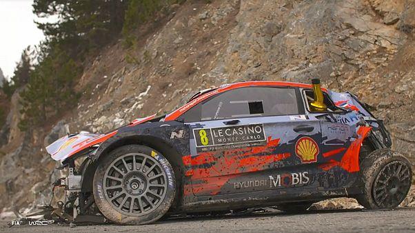 O Hyundai de Ott Tanak e Martin Järveoja ficou neste estado após o acidente