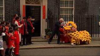 شاهد: بوريس جونسون يستقبل تنينين صينيين في مكتبه بداونينغ ستريت