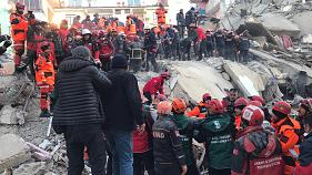 Elazığ merkeze bağlı Mustafapaşa Mahallesi'nde, yıkılan bir binanın enkazından bir kişi kurtarıldı