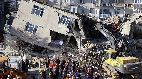 فرق الإغاثة تبحث عن مفقودين تحت الأنقاض جراء الزلزال الذي ضرب شرق تركيا. 25/01/2020