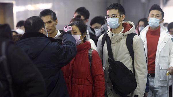 الكشف عن حرارة أجسام المسافرين بالأشعة تحت الحمراء في محطة قطارات هانغوهو شرقي الصين. 2020/01/23