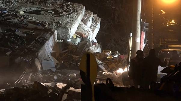 Még keresnek túlélőket a romok alatt a törökországi földrengés után