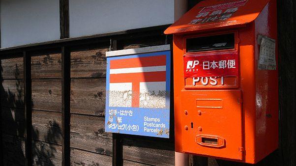 پستچی ژاپنی ۲۴ هزار نامه و بسته پستی را به خانهاش برده بود