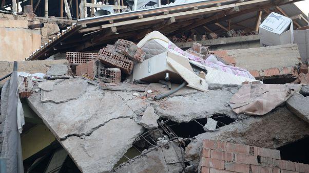 Elazığ merkezli depremden etkilenen Malatya'nın Doğanyol ilçesinde bazı evler çöktü