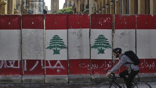 أحد الحواجز الخرسانية وسط بيروت