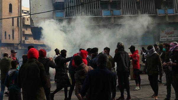 Irak güvenlik güçleri, başkent Bağdat'ta aylardır devam eden hükümet karşıtı gösterilere müdahale etti, eylemcilerin çadırlarını ateşe verdi