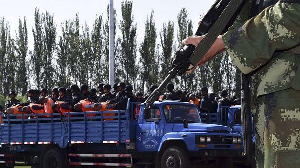 Doğu Türkistan'da 'terör' ve 'ayrılıkçılıkla' suçlanan kişiler kamyonla götürülürken (arşiv)