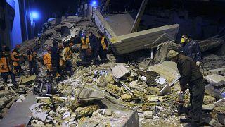 Még kutatnak a földrengés túlélői után Törökországban
