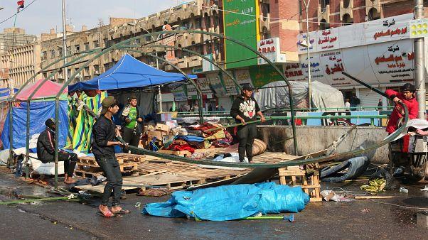 مناصرون للزعيم الشيعي مقتدى الصدر يفككون خيامهم استعدادا للانسحاب من الحراك المناهض للحكومة في ساحة التحرير ببغداد. 25/01/2020