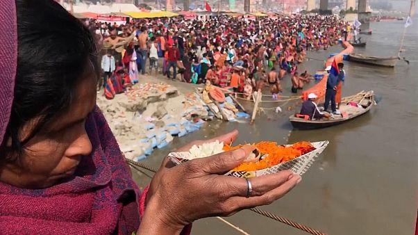 شاهد: المؤمنون الهندوس يؤدون طقس السباحة في نهر الغانغ بمناسبة براياغراج