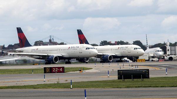 """طائرتان من شركة """"دلتا"""" الأمريكية في مدرج مطار """"لا غوارديا"""" في نيويورك. 08/08/2017"""