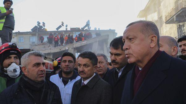 Keresik a túlélőket a törökországi földrengés helyszínén