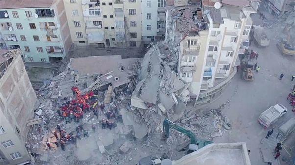 شاهد: فرق الإغاثة التركية تتسابق مع الزمن للبحث عن ناجين تحت الأنقاض بعد الزلزال القوي