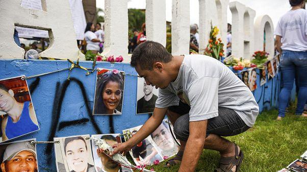 Un hombre rinde homenaje a las víctimas que murieron en el desastre de la presa en la ciudad de Brumadinho, estado de Minas Gerais, Brasil, el sábado 25 de enero de 2020.