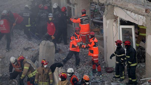 Elazığ'da meydana gelen 6,8'lik deprem sonrası kent merkezinde yıkılan binalarda arama kurtarma çalışması devam ediyor