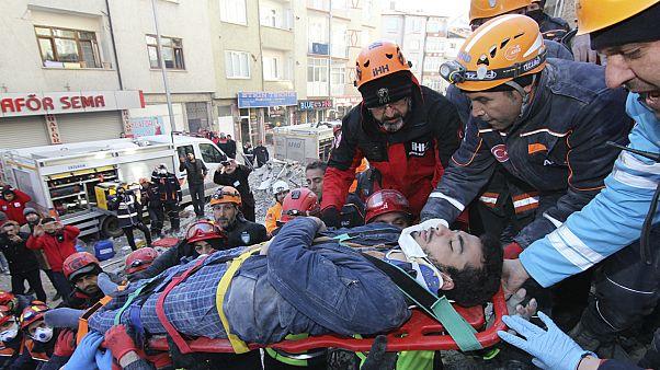Две ночи под завалами: спасательная операция и новые подземные толчки в Турции