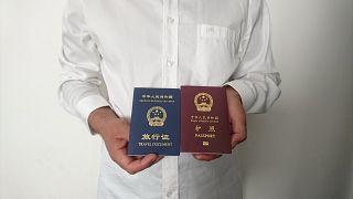 Pasaportu yenilenmeyen ve tek yönlü seyahat belgesini gösteren Uygur