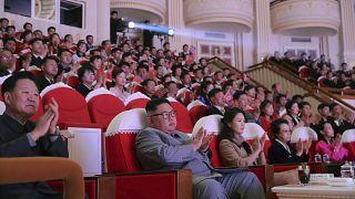 Kuzey Kore Devlet Başkanı Kim Jong Un , eşi ve halası Kim Kyong Hui ile Samjiyon Tiyatrosu'nda