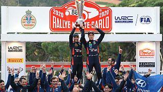 Thierry Neuville e o copiloto Nicolas Gilsoul  festejam triunfo com a equipa da Hyundai