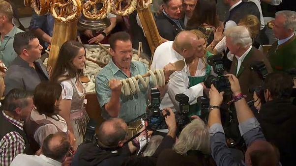 Schwarzenegger festeggia e mangia salsicce a Kitzbuehel