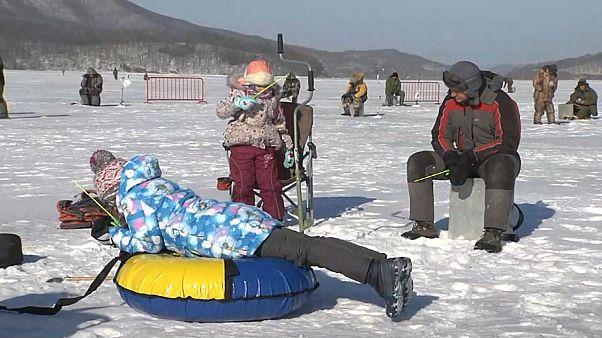 Rusya'da buz üstünde balık avlama yarışması